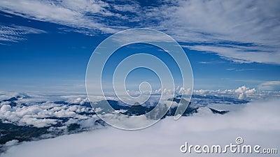Névoa bonita e Cloudscape do lapso de tempo sobre a montanha filme