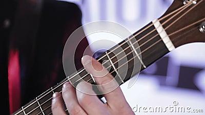 N?rbild av fingrar som organiserar om ackord p? den akustiska gitarren lager videofilmer
