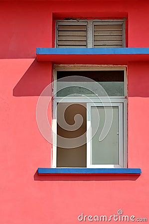 Na barwionej architekturze geometryczny wzór