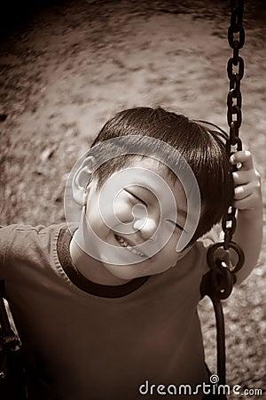 Na huśtawce azjatycka chłopiec