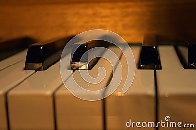 - na pianinie