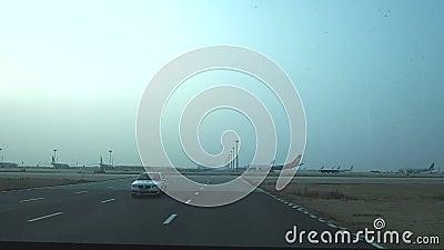 Na pista de decolagem do aeroporto internacional de Shanghai Putong video estoque