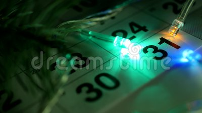 Na stole jest nowego roku Grudnia kalendarz i nowy rok światła palą wokoło daty Grudzień 31 zbiory