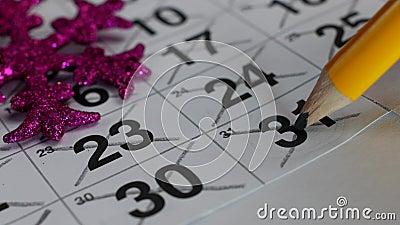 Na stole jest nowego roku Grudnia kalendarz Ręka krzyżuje za dacie Grudzień 31 w ołówku, w górę zbiory