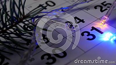 Na tabela é o calendário do dezembro de ano novo e as luzes do ano novo estão queimando-se em torno da data do 31 de dezembro video estoque