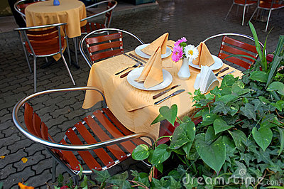 Na terenach odkrytych restauracja stół