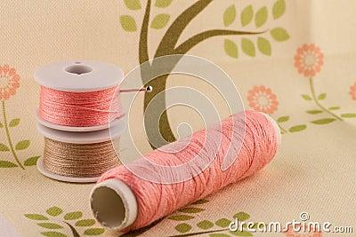 Na tkaninie różowa nić