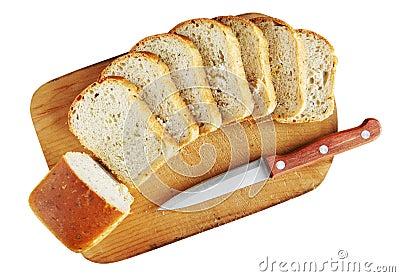 Na tnącej desce pokrojony chleb