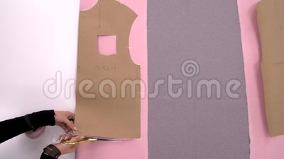Naaister Cutting Fabric Kleermaker op het werk Het naaien van een sweatshirt van roze stof Workshop voor het maken van kleren, on stock videobeelden