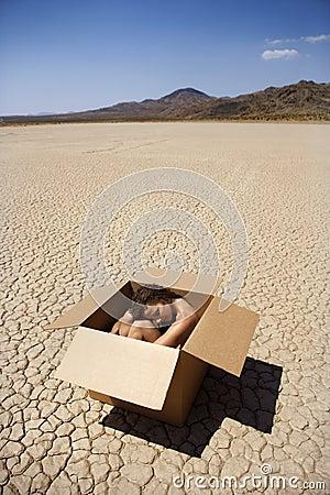 Naakte vrouw in woestijn.