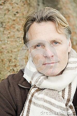 Nachdenklicher schauender Mann in seinen Vierzigern.