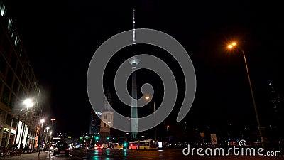Nachtelijk zicht langs Karl Liebknecht Straße naar Berliner Fernsehturm Television Tower, Berlijn, Duitsland stock footage