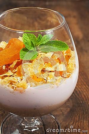 nachtisch mit muesli joghurt und getrockneten aprikosen in einem glas. Black Bedroom Furniture Sets. Home Design Ideas