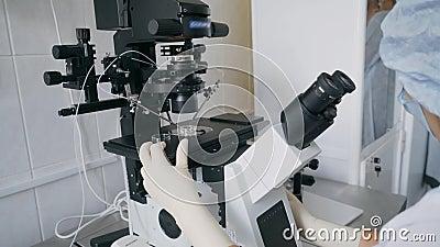 nad biel laborancki tło mikroskop Badania naukowego tło Badania medyczne w laboratorium Laboratorium sztuczny zdjęcie wideo