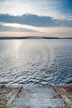 Nad jeziorem spokojny zmierzch