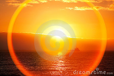 Nad wschód słońca piękny ocean