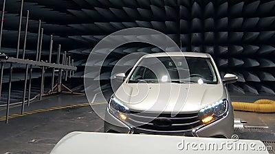 Nadajnik emituje fala na pracującym samochodzie w anechoic próbnej sala zdjęcie wideo