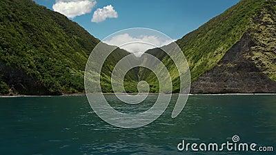 Nadering van de kustlijn van Kohala: mooie groene bekken vallei tussen twee hoge bergen die in Hawaï in het kanjon liggen stock video