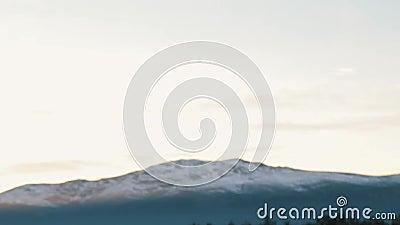 Nadruk die in Mening van Sneeuwbergpiek trekken stock footage