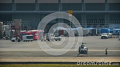 Nadzorca spotyka się ze śmigłowcem na lotnisku zbiory wideo