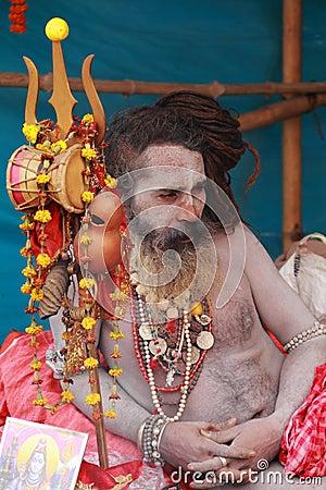 NAGA SADHU, HOMBRES SANTOS DE LA INDIA Foto editorial
