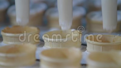 Nahaufnahme der Eiskremproduktion Füllung von Wafer Cups mit Eis in Eiscreme-Fabrik stock footage