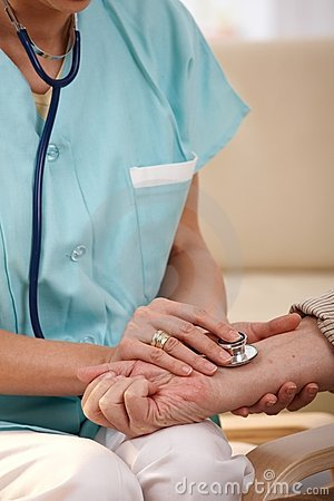 Nahaufnahme der Hand unter Verwendung des Stethoskops auf Handgelenk
