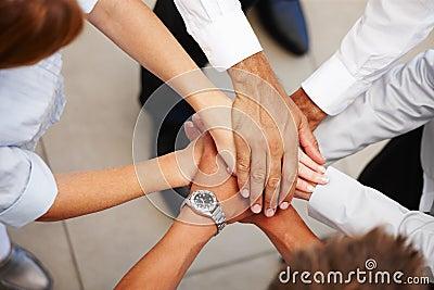 Nahaufnahme der Hände, die zusammen Zeichen der Einheit zeigen