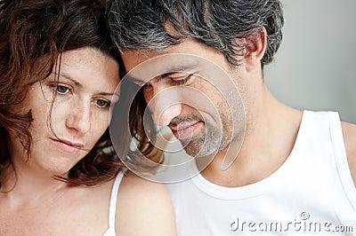 Nahaufnahme der unglücklichen fälligen Paare zusammen