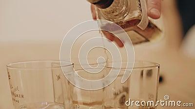 Nahaufnahme einer Flasche Alkohols Alkohol lief aus der Flasche in das Glas aus schöner kühler Rahmen cinematic stock video