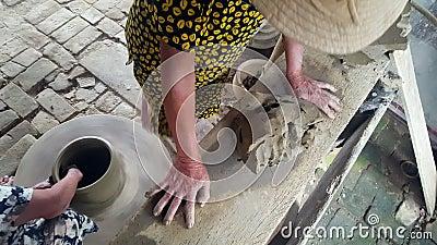 Nahaufnahme-Frau in den Hut-Modellen Clay Lump auf Tabelle dreht Rad