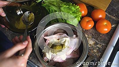 Nahaufnahme von Frauenkochhänden setzte Gewürze in Wanne mit chiken Flügel in der Küche zu Hause stock video footage