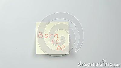 Nahaufnahmefrau ` s übergibt Stock gelbe Aufkleberpapierblätter mit den Wörtern, die getragen werden, um zu sein stock video footage