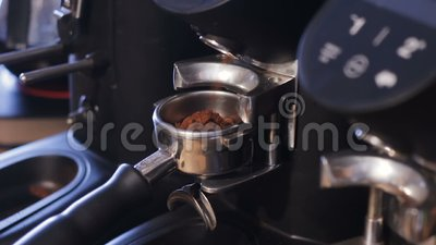 Nahaufnahmekaffee-Maschinenhalter füllen auf Expresso Maschine stock video footage