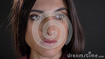 Nahaufnahmeporträt im Profil des kaukasischen langhaarigen brunette Mädchens, das ruhig in Abstand auf schwarzem Hintergrund aufp stock footage