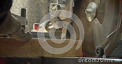 Nahaufnahmeschusskopfsäge, die das Holz in kleine Quadrate an der Fertigung schnitzt stock video footage