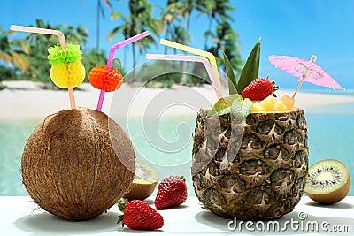 sommercocktails kokosnuss und ananas auf dem strand lizenzfreie stockfotografie bild 30288117. Black Bedroom Furniture Sets. Home Design Ideas