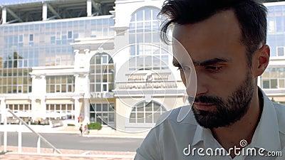 Nahe Seite eines attraktiven Mannes mit einem Bart in einem weißen Hemd, der auf einer Tastatur tippt 4k 4k-Video stock video