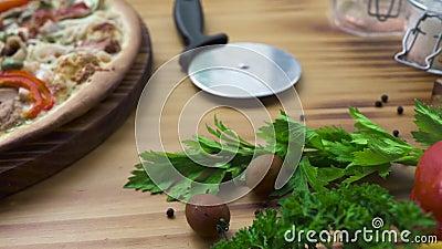 Nahrungsmittelzusammensetzung resh Gemüse und heiße Pizza auf Holztisch Italienische Pizza Traditonal vom frischen Bestandteil Na stock video footage
