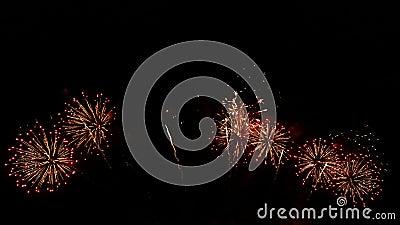 nahtlose Schleife der Gesamtlänge 4K des wirklichen bunten Feuerwerksfestivals in der Himmelanzeige nachts während des Nationalfe stock video
