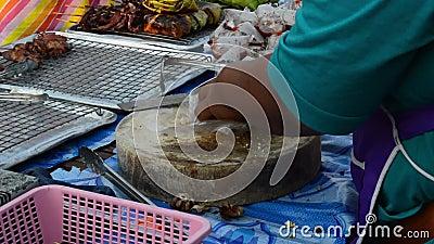 NAKHON PATHOM, THAILAND - 27 februari 2016: Een kooksnede droogde ham in een restaurantkeuken rond 27 februari 2016 in NAKHON PAT stock video