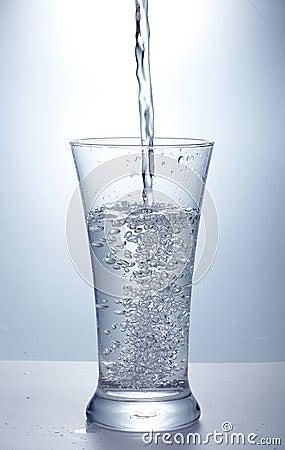 Nalewa czystą wodę
