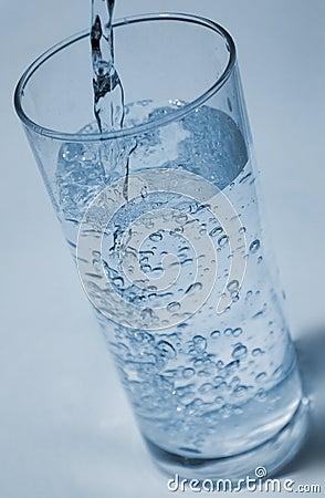 Nalewa wodę