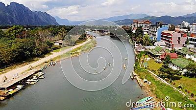 Nam Song River in Vang Vieng, Vientiane-Provincie, Laos Vang Vieng is een populaire bestemming binnen voor avonturentoerisme stock footage