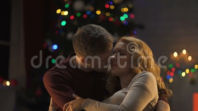 Namiętny męski całujący tenderly pięknej damy, Mas atmosfera, intymność zbiory