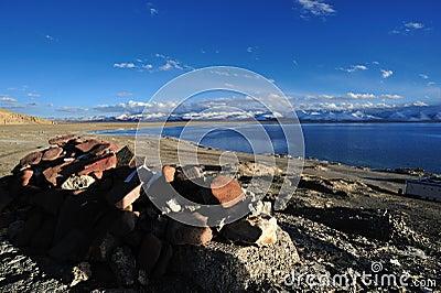 湖namtso祷告向西藏人扔石头 图库摄影片