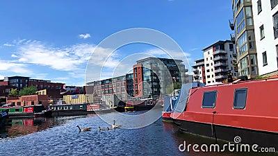Narrowboats in de kanalen van Birmingham, het Verenigd Koninkrijk stock videobeelden