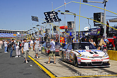 NASCAR - Fans Check Out Stewart s #14 Pre Race Editorial Photography