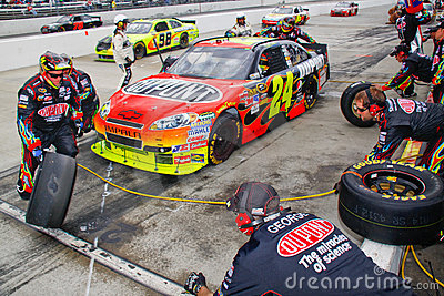 NASCAR - Gordon s Pit Crew Changing Tires Editorial Stock Image