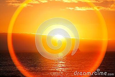 Nascer do sol bonito sobre o oceano
